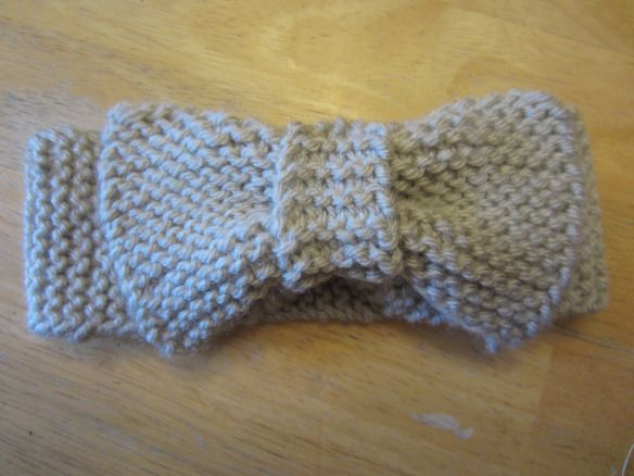 How to knit a bow and put it on an ear warmer Knitting patterns! Pinteres...
