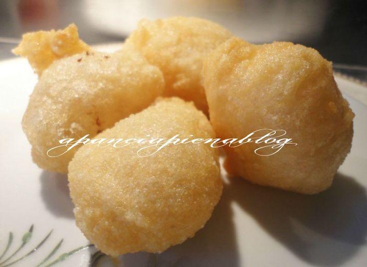 Le pettole pugliesi sono delle frittelle tipiche della tradizione pugliese da gustare sia al naturale che cosparse con dello zucchero sono sempre una vera bontà.