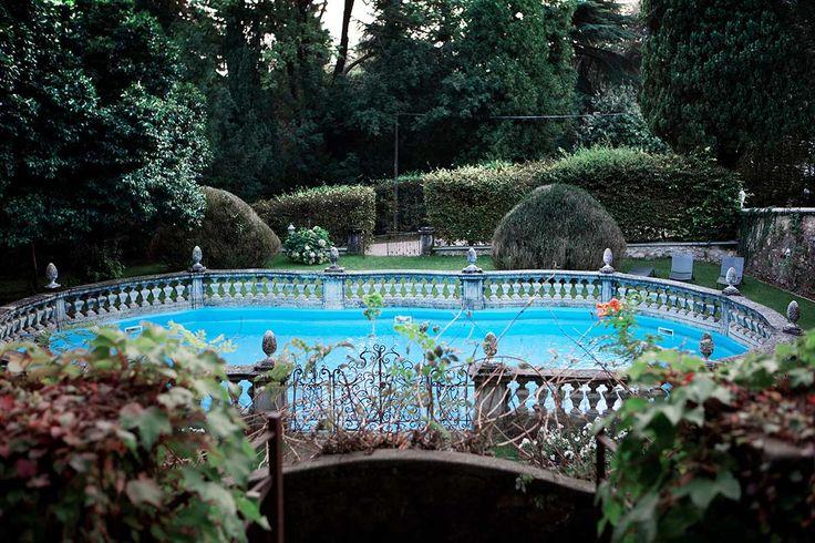 Nascosta dal verde di un curato giardino una meravigliosa piscina che sposa lo stile nobile della villa, vi accoglie in un rilassante contesto.