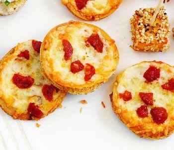Minipizze cu chorizo & chilli Pizza înseamnă, pe lângă o mâncare delicioasă, un motiv de bucurie între prieteni. Ce alt aperitiv poate fi mai gustos decât aceste mini pizze? Reţete de gustări, Anul Nou, Craciun, Rețete simple, petrecere, Italiana, Reţete rapide, Reţete cu caşcaval, Reţete cu chorizo, Rețete cu ardei iuţi, Rețete pentru Revelion, Rețete pentru masa de Crăciun, Rețete de aperitive, Reţete pentru prieteni, Rețete sub 20 de minute, Reţete de pizza