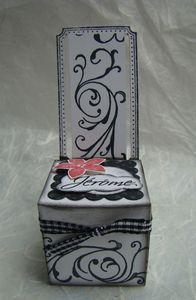 Je vous souhaite une excellente journée ! LAure a fait un superbe marque place en forme de chaise... http://laurescrap.canalblog.com/...