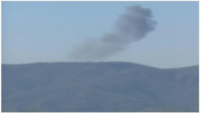 """ISIS tangkap pilot jet tempur Suriah yang jatuh  BIR AL-QASB (Arrahmah.com) - ISIS mengklaim telah menangkap seorang pilot jet tempur Suriah yang jatuh di tenggara Damaskus pada Jumat (22/4).  """"Pilot itu bernama Azzam Eid dari Hama. Ditangkap setelah jatuh dengan parasut dekat tempat jet tempurnya jatuh di Damaskus"""" kata media Amaq media pendukung ISIS dikutip Reuters.  Mengutip sumber militer Suriah kantor berita Rusia Interfax membenarkan insiden itu. Media Rusia mengatakan jet tempur itu…"""