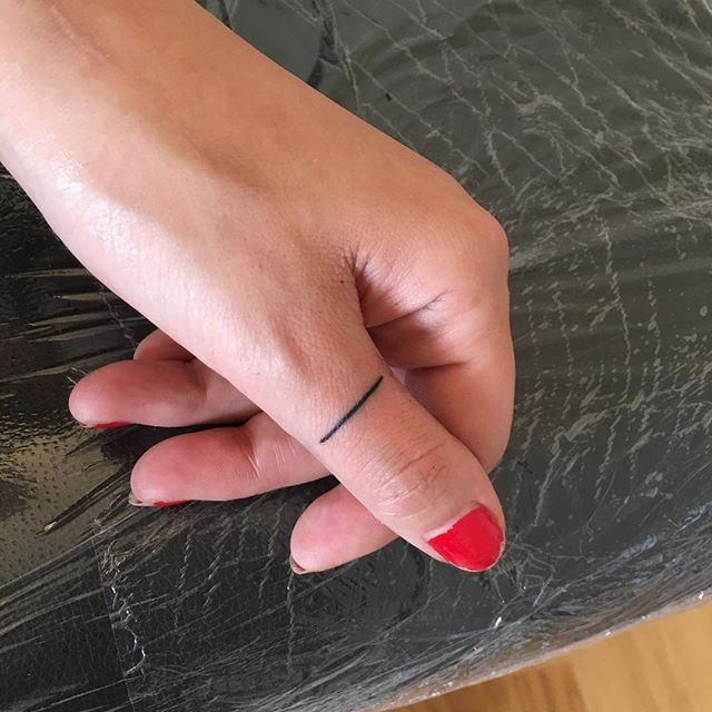Little straight line on @kat_vinka , first time i tattoo a finger  #tattooapprentice #tattoodesign #linework #blackwork #line #straightline #fingertattoo #paris