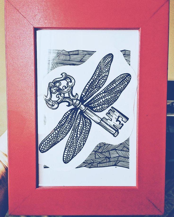 """Все свои эскизы я всегда сначала примеряю на себя, даже мужские )) чтобы лучше прочувствовать , что лишнее и как он """"садится"""" на то или иное место на теле. Но некоторые скетчи занимают в моем сердце особое место,  и вот , один из них - крылатый ключик ! Ждёт свою фрау в моем тайничке)🖤 #inspiration #key#sketchkey #sketchtattoo #graphic #tattoo#blackwork #sketching #spb#tattooart #polinakalmykova #спб#питер#скетчтату #скетч#арт#ключик #ключ#эскиз#графика #эскизтату #крылья#рисование #ярису…"""