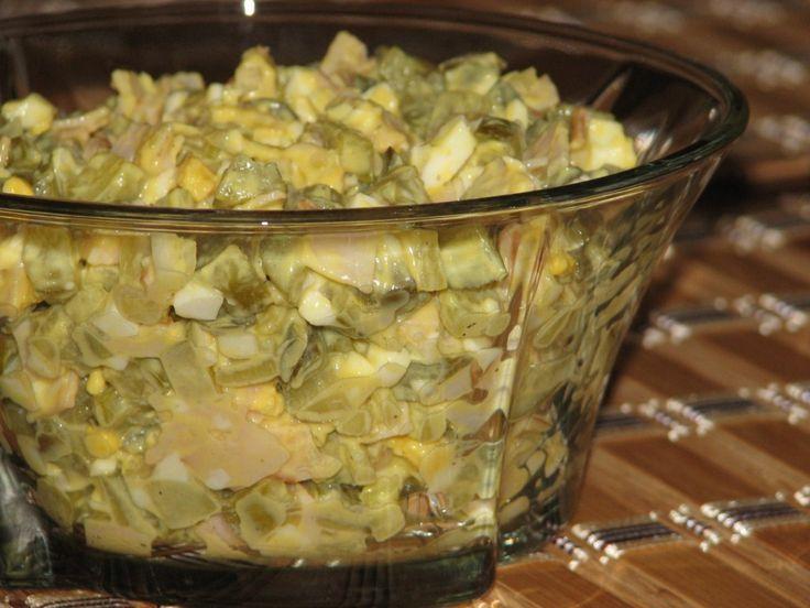 Przepis na pyszna i delikatna sałatka z konserwowych ogórków. Konserwowe ogórki pokroić w kostkę i odcisnąć z soku. Szynkę w plasterkach i cebulę pokroić w kostkę. Jajka ugotować na twardo, ostudzić i pokroić w kostkę.