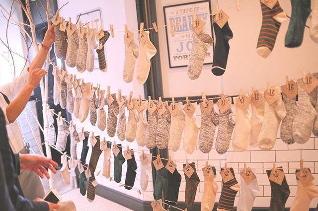 エスコートカード 今日は姫路城行ってきました 帰宅して今はちょっとまったり(笑) ∴ さて結婚式のお話に戻ります 私たちのエスコートカードです 以前も載せてましたが改めて… 12月11日のウェディングだったので クリスマスが近かったんです 少しはその雰囲気も取り入れたいなーってことで 靴下を80足以上用意しました ∴ 結婚式後にも使ってほしい! って思いが私自身強かったです その後もみんな会社とかでも履いてくれたり 使ってくれてる〜って嬉しくなりました ∴ その日だけでなく その後のことも考えるの大事ですね ∴ #結婚式 #ウェディング #ブライダル #プレ花嫁 #プレ花嫁卒業 #結婚式準備 #卒花嫁 #卒花 #iri1211 #wedding #披露宴会場 #ナチュラルウェディング #ガーデンウェディング #weddingtbt #オリジナルウェディング #trunkbyshotogallery #エスコートカード #靴下 #クリスマスウェディング