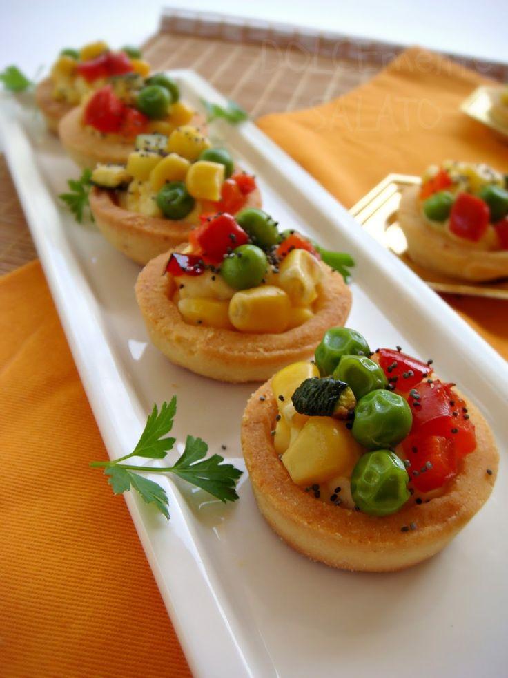 Una simpaticissima idea per un buffet. Queste tartellette salate sembrano dolci se non fosse che la crema è salata, la frolla salata e ...