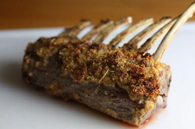 Hertenrack met een korst van knoflook, rozemarijn en mosterd | Lekker Tafelen