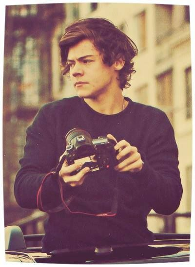 Lets just say that Harry holding a big gorgeous DSLR camera is not doing good things to my mental health -E