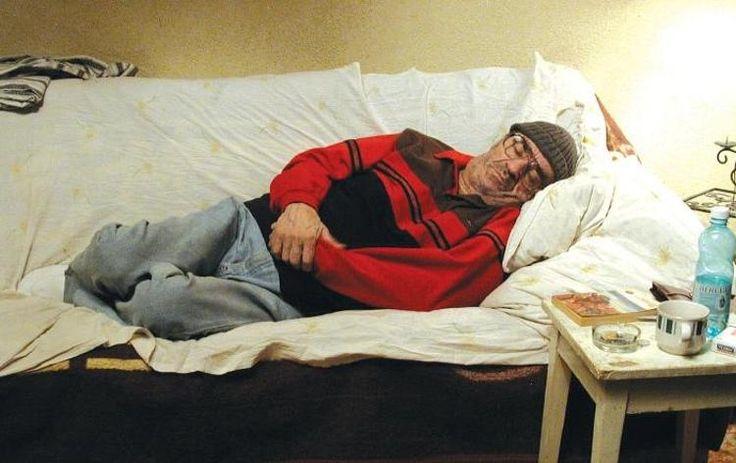 Moartea domnului Lăzărescu este bazat pe un caz real și prezintă povestea unui pensionar care se îmbolnăvește și este plimbat de la un spital la altul, fără să primească îngrijiri medicale la timp.