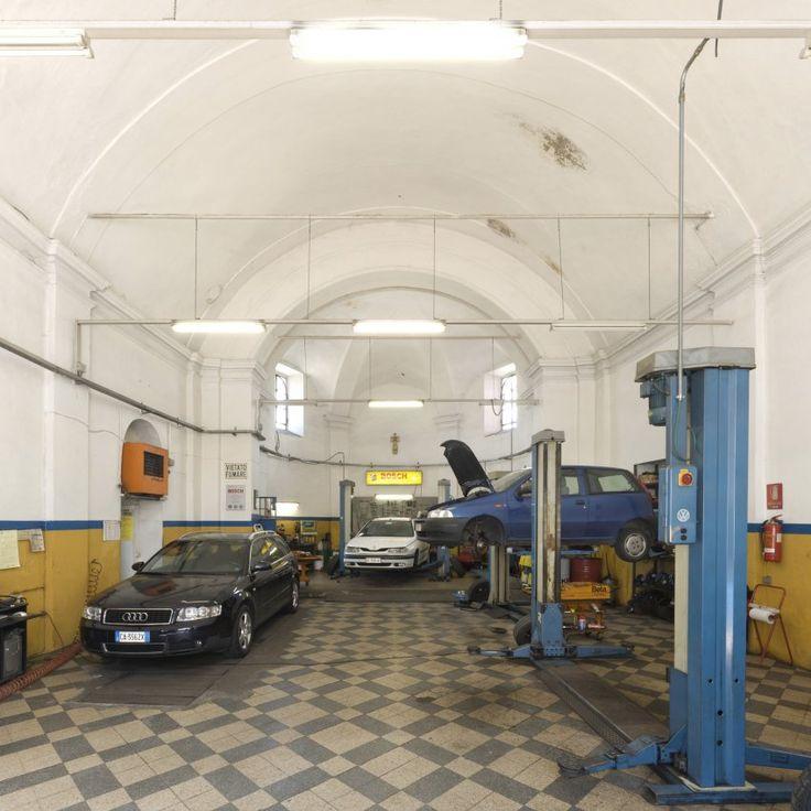 In Como am Comer See befindet sich heute eine Autowerkstatt in einer Kirche. In...