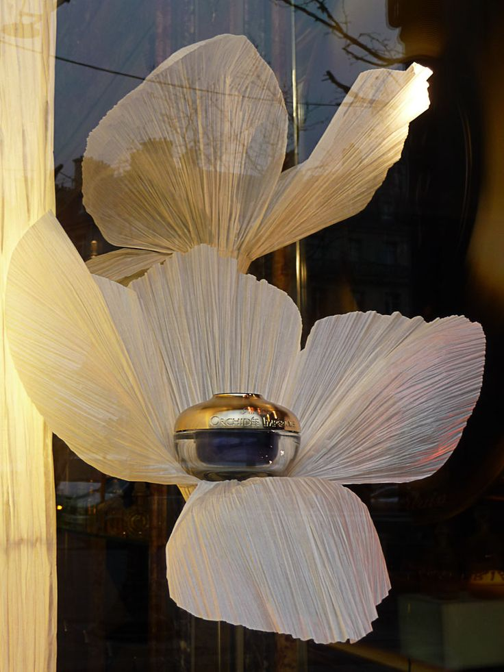 Vitrine fleurie de la boutique Guerlain de l'avenue des Champs-Élysées (Paris…