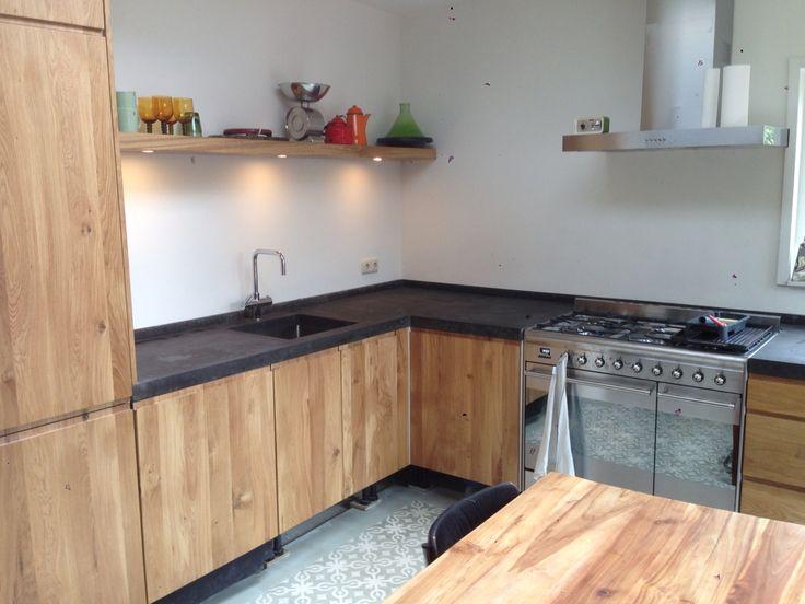 Keuken met betonnen aanrecht, Portugese tegels en houten kastjes