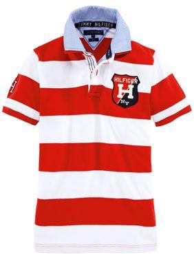 Rot-weiß gestreiftes Poloshirt von Tommy Hilfiger mit großem Logo auf der Brust und farblich abgesetztem Kragen.