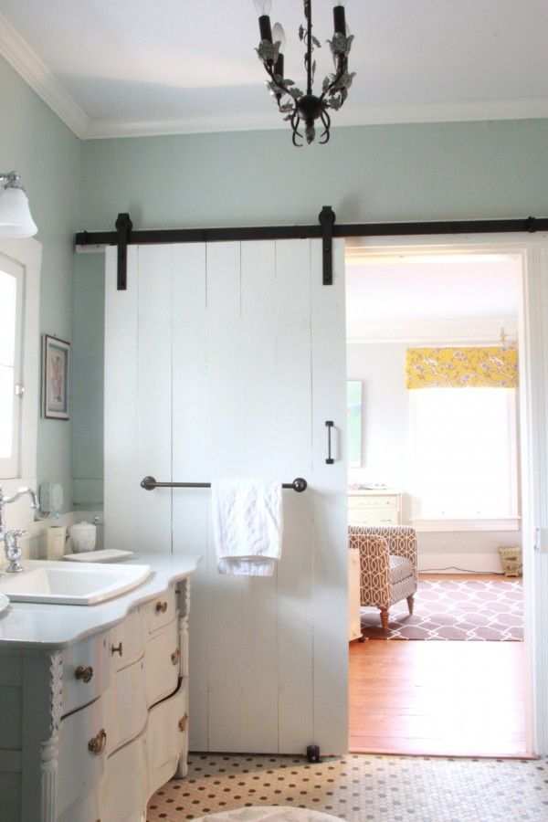 If you read the blog My Old Country House, then you probably have a crush on Lesli's charming white farmhouse in Virginia like I do. She put her artist's heart and soul into fixing up the old place, s