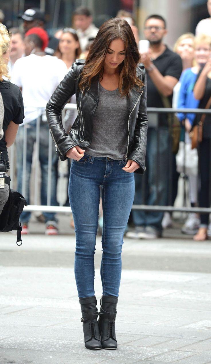 Cores básica, calça jeans, botas e arriscar na jaqueta de couro.