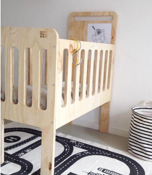 Prachtige wieg van onbewerkt hout | DertigZes via Kinderkamerstylist.nl