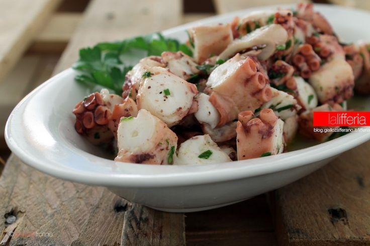 L'insalata di polpo è un antipasto semplice, leggero e delizioso, che può essere gustato tiepido o freddo. Facile da fare, è immancabile nei menu di pesce.