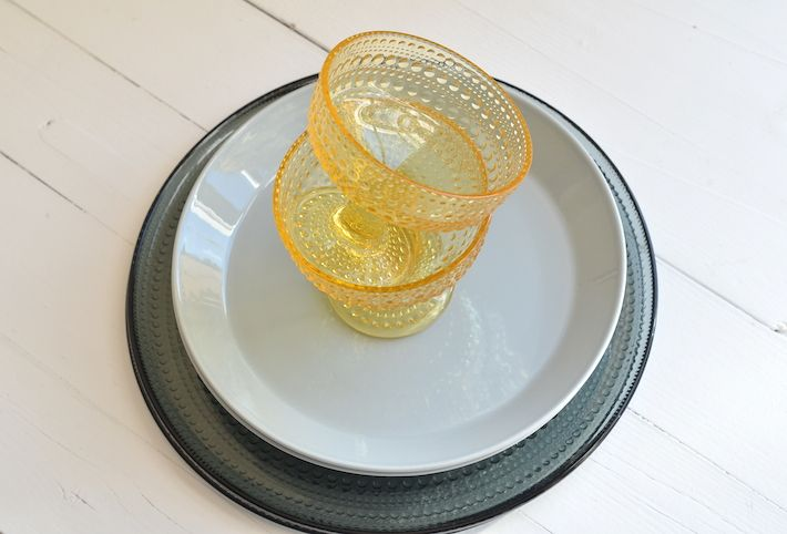Beautitful Kastehelmi bowls in lemon with cool Teema and Kastahelmi dinner plates for a pure contemporary look. Iittala servies