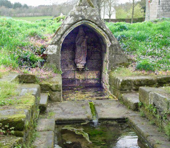 La fontaine près de la chapelle Notre-Dame-des-Trois-Fontaine Gouézec (Bretagne, Finistère) Chapelle Notre-Dame des Trois-Fontaines: La fontaine se compose d'une arcade en ogive recouvrant partiellement une source. Une statuette de la Vierge est placée dans le fond.