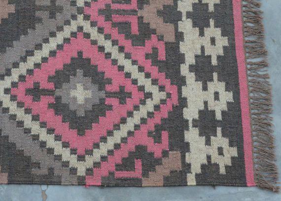 Tappeto di iuta in lana intrecciata  Questo tappeto è un tappeto di microtuft, fatto nella zona del deserto del Rajasthan, INDIA.  Questo tappeto è tessuto a mano su telaio in legno tradizionale. Fatto dalla mano tinta, pura, iuta sostenibile & lana naturale. Questo tappeto è reversibile, lo stesso disegno su entrambi i lati.  Questo tappeto intrecciato indiano sarebbe un ottimo accento a tutta la stanza. Questo tappeto potrebbe anche essere decorato sulla parete.  Tessuti a mano 30% lana...