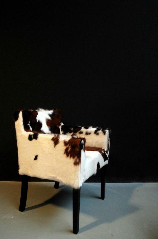 Eetkamerstoel bekleed met koeienhuid. Deze stoel heeft een hoog zitcomfort door het gebruik van hoogwaardige materialen. Hij kan bekleed worden in diverse kleur