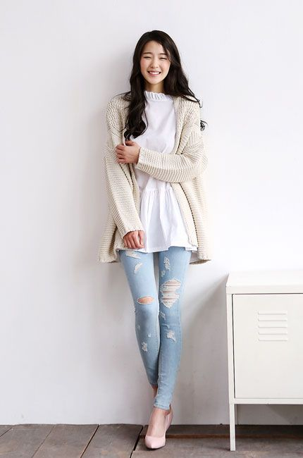 White top with a beige cardigan and skinny jeans with light pink heels