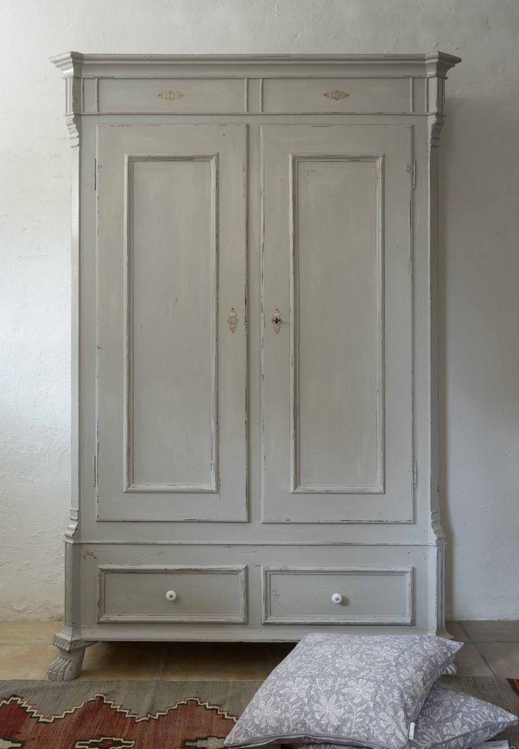 Grått gammalt skåp med dubbla dörrar.