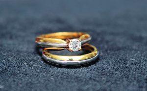 Argolla y pisargolla elaboradas en oro amarillo con incrustación en oro blanco con diamante central de 20 K. #RevistaNovias