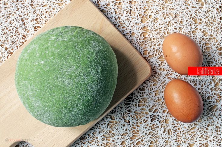 La sfoglia verde per lasagne (e non solo) è una preparazione di base che prevede l'uso degli spinaci: perfetta per lasagne, ma anche tortelli, ravioli & c.