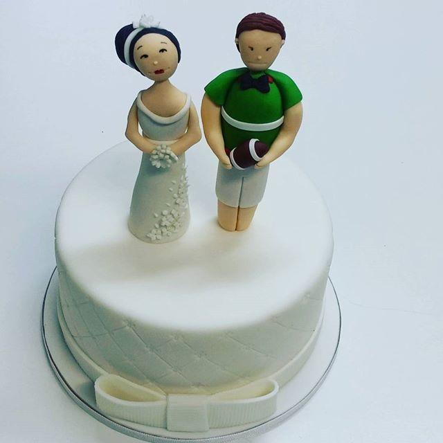 Mini bolo de casamento para um casal apaixonado por rugby! @flordeacucar #flordeacucar #casamento #bolosdecorados #noivos #sugarcraft #sugarart