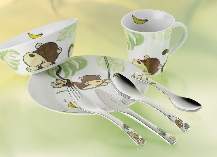 Zestaw Sino zapakowany jest w piękne pudełko prezentowe w kształcie domu z ptaszkami, dzięki czemu zestaw idealnie nadaje się na prezent. Każdy element zestawu posiada bajeczny motyw małpek skaczących po lianach, który ucieszy oko dziecka i z pewnością skłoni je do radośniejszego spożywania posiłków.