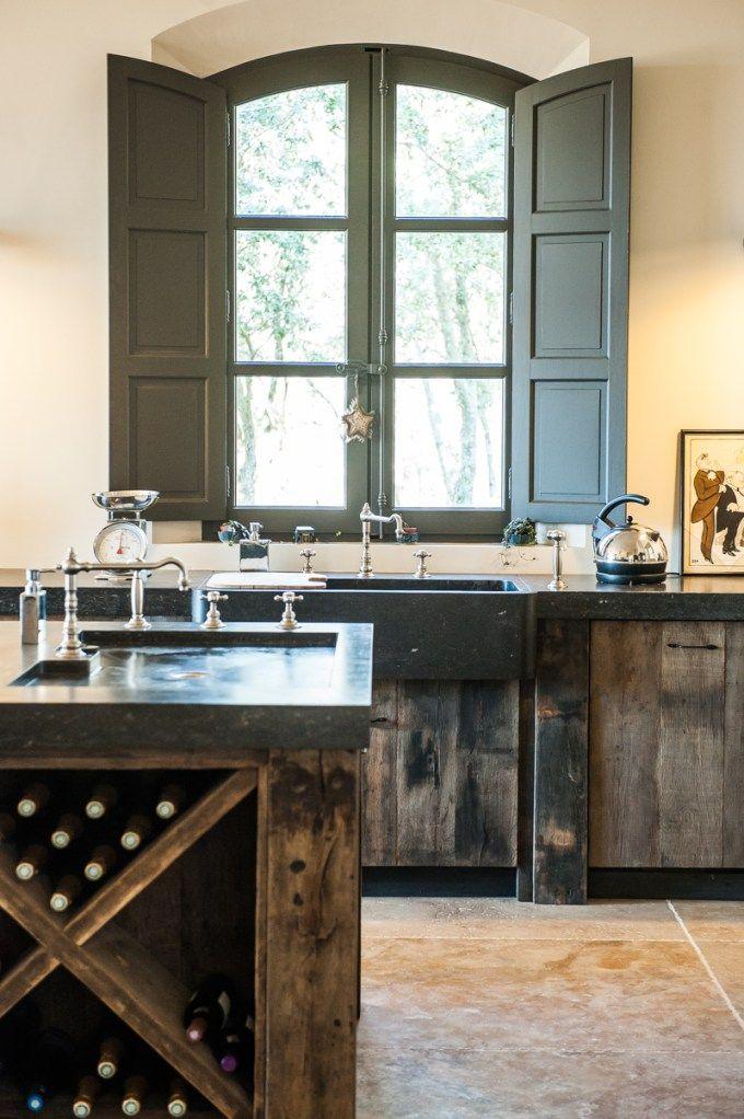 Cuisine en chêne ancien réalisée dans la région d'Aix en Provence Plan de travail en pierre bleue de Belgique
