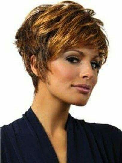 Diseño de corte en capas texturizadas en cabello castaño dorado cobrizo.