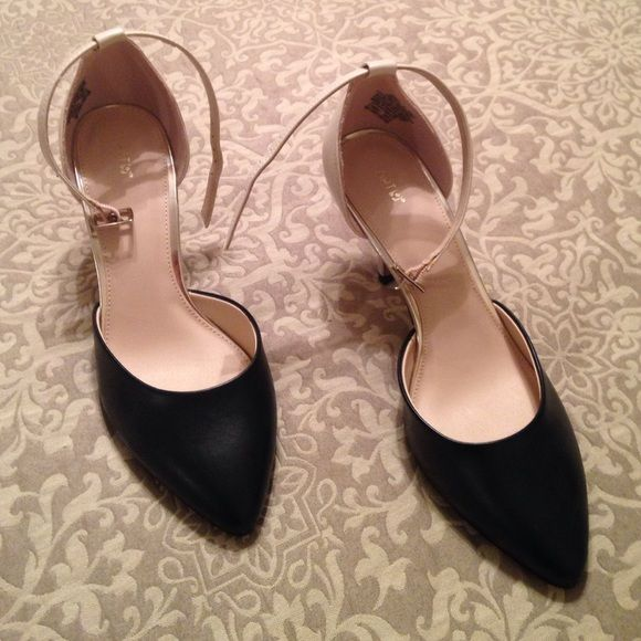 "Ladies pumps Apt 9 size 7med. New but never worn. 3 1/4"" heel two tone black and light tan. Apt 9 brand made for Kohls. All man made material. Apt. 9 Shoes Heels"