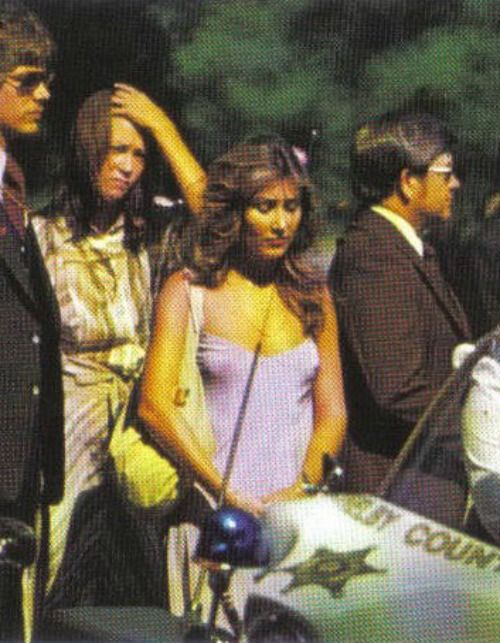 rare photo: Linda Thompson at Elvis' funeral She wore THAT to a funeral? wouldn't go outside to get the mail in this indecent rag