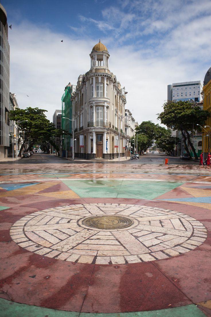 """Marco Zero (Praça Rio Branco): Fica no bairro conhecido por """"Recife Antigo"""". O local fica próximo ao porto do Recife e atualmente serve como ponto de encontro de jovens, esportistas, artistas, turistas e moradores da cidade. Além de ser palco de comemorações e apresentações artísticas."""