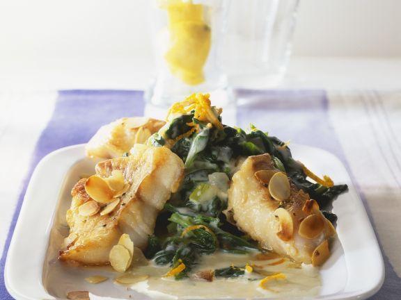 Rotbarschfilet mit Mandeln und Spinat ist ein Rezept mit frischen Zutaten aus der Kategorie Blattgemüse. Probieren Sie dieses und weitere Rezepte von EAT SMARTER!