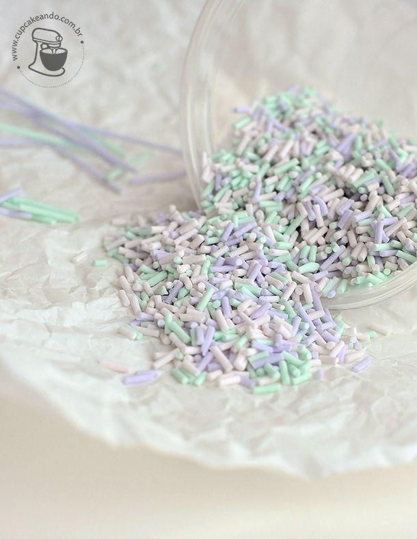 FAÇA EM CASA: CONFEITOS DE AÇÚCAR 200g de açúcar impalpável 1/2 colher de chá de sal 1 clara de ovo grande 1 colher de chá de extrato de baunilha corante em gel nas cores que preferir