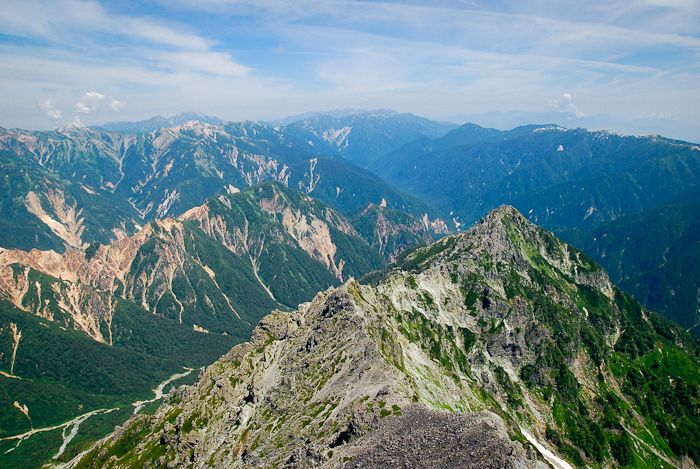 果てしなく続く、北アルプス連峰。もっと色々な山に登ろう。さらに新しい旅をしよう。次の目標に期待を寄せ、槍ヶ岳頂上を後にした。