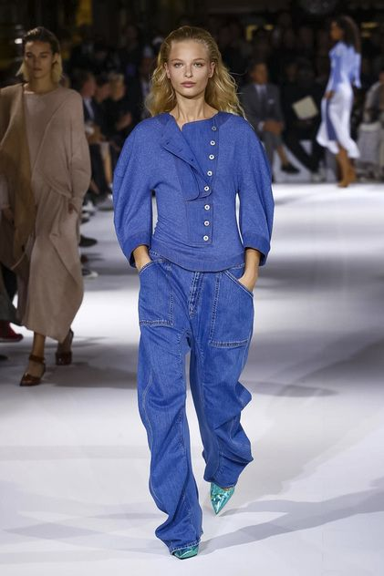 Our runway video of the Spring/Summer 2017 ready-to-wear show to view here.