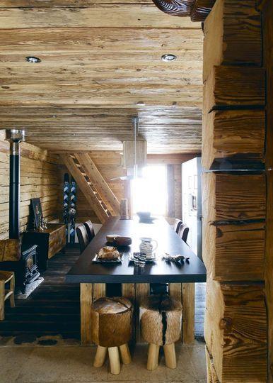 Une table en bois de quatre mètres dans la cuisine salle à manger pour de longues soirées d'hiver.