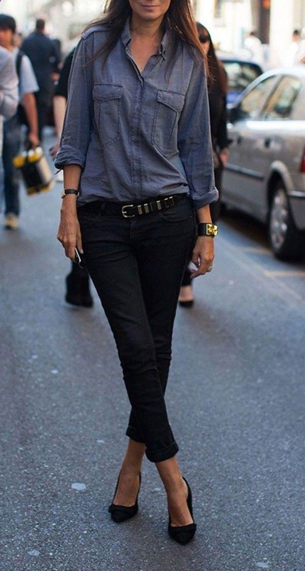 Porter le jean noir avec une chemise délavée et des escarpins noir pour une tenue décontracté/chic