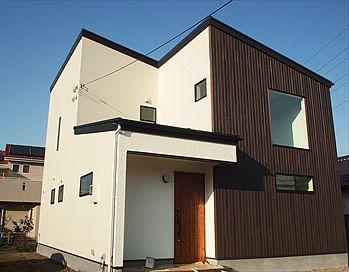こだわり1『シンプルでモダンな外観』 白と黒でモダンな印象に仕上げました。屋根や玄関タイルも黒を基調としているため、重厚感と落ち着きのある外観になっています。また、夜は大きな窓から家の中の光が漏れ、一味違った印象になります。