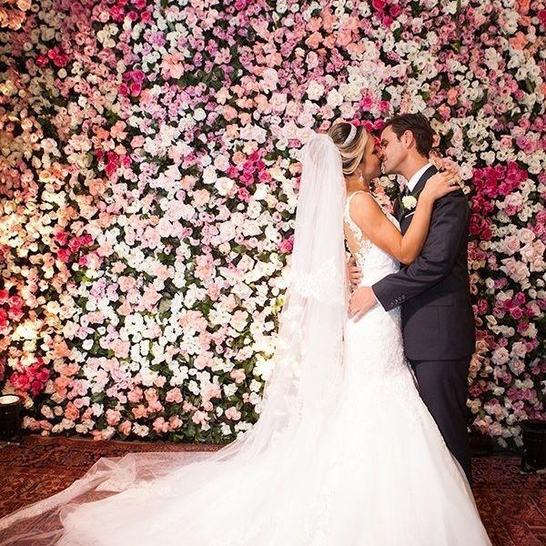 """O #casamento de hoje no site é o de Larissa e Luis Felipe, que disseram o """"sim"""" em Belo Horizonte! A parede de flores foi o destaque da decoração da festa! As fotos ficaram por conta de @anajunqueira! Mais detalhes: www.constancezahn.com #wedding #noiva #bride #CZBeloHorizonte"""