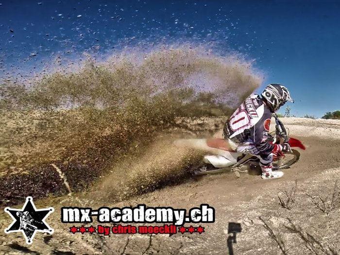 Motocross fahren im Sand auf der Strecke in Schlatt