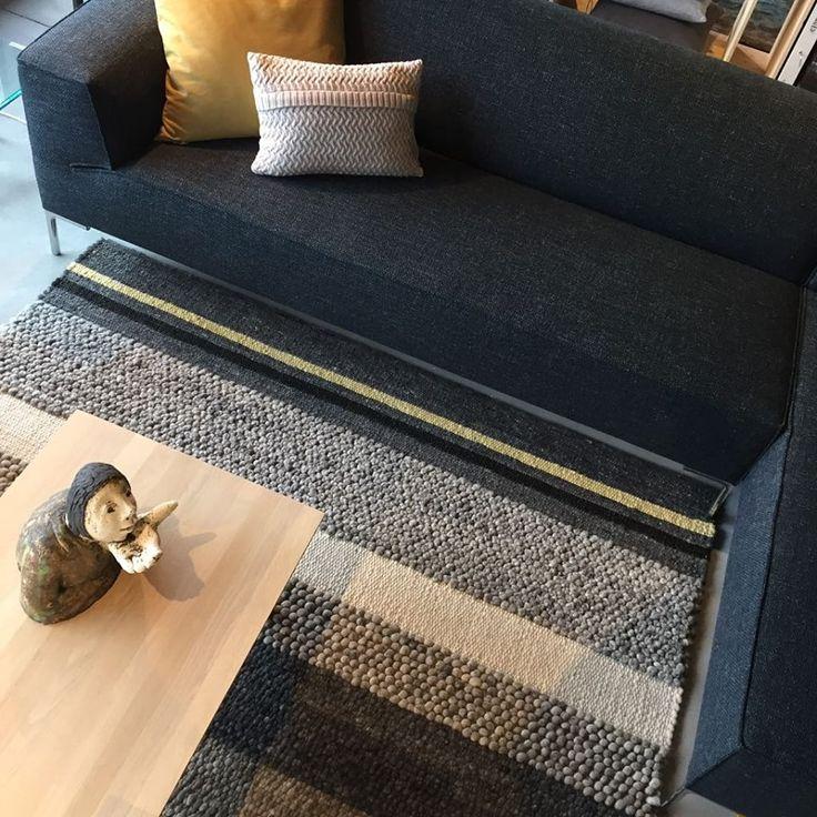 Hoekbank Bloq van Design on Stock met kussentjes van Fem Home en karpet van Perletta Carpets