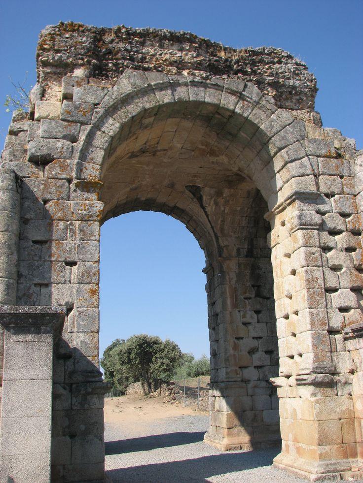 Arco tetrafilo de la ciudad romana de Cáparra. Un ejemplar único en Hispania.
