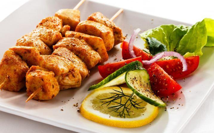 Pinchos de pollo a la parrilla con salsa de especias,