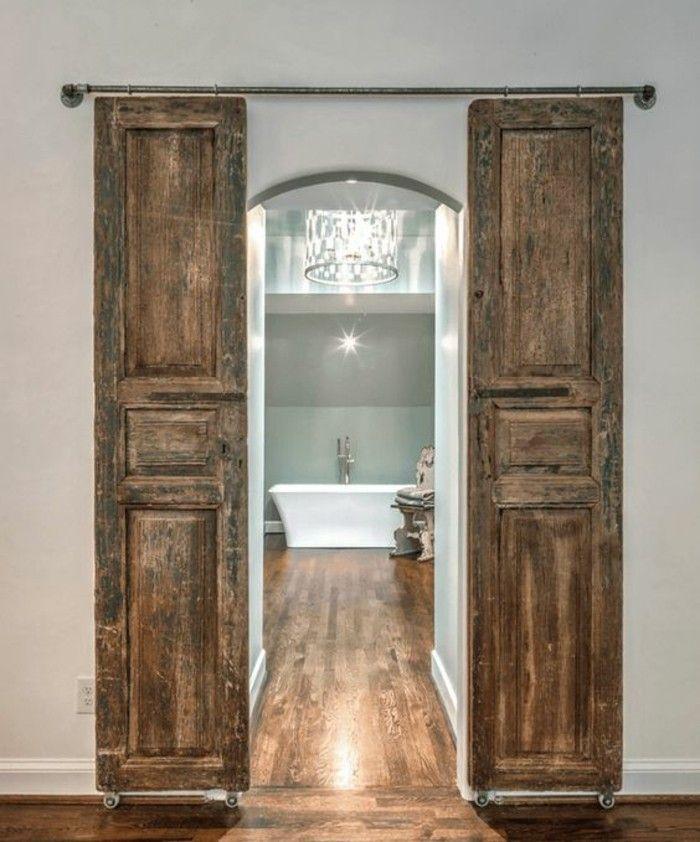 une salle de bain de luxe et porte coulissante double antique